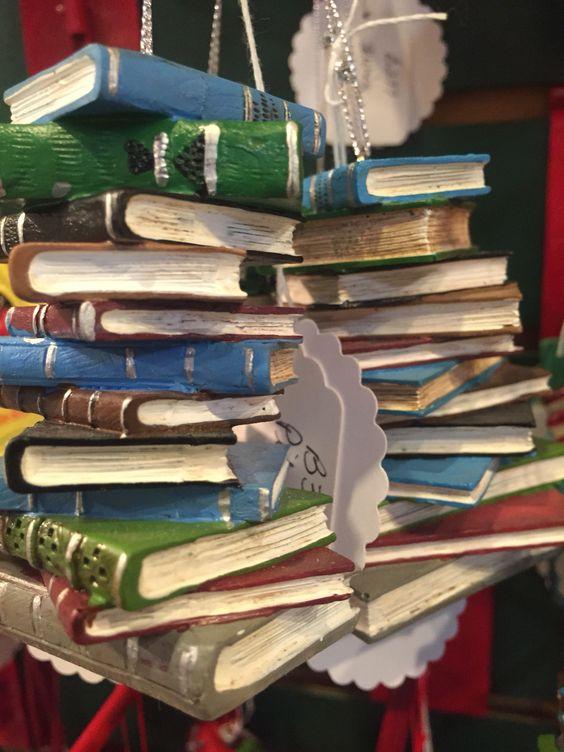 Da série: melhor dos vícios: a leitura. Quando a gente expressa o amor pelos livros até na árvore de natal!