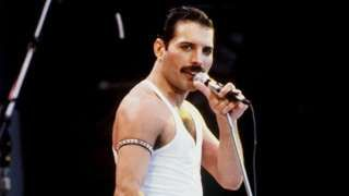 """Image copyright                  PA Image caption                                      Freddie Mercury, cuyo verdadero nombre era Farrokh Bulsara, murió en 1991, el mismo año en que se descubrió el asteroide.                                En la canción """"Don't stop me now"""" (No me detengas ahora), Freddie Mercury, vocalista de Queen, cantaba """"Estoy ardiendo en el cielo, sí (…) Estoy viajando a la velocidad de la"""