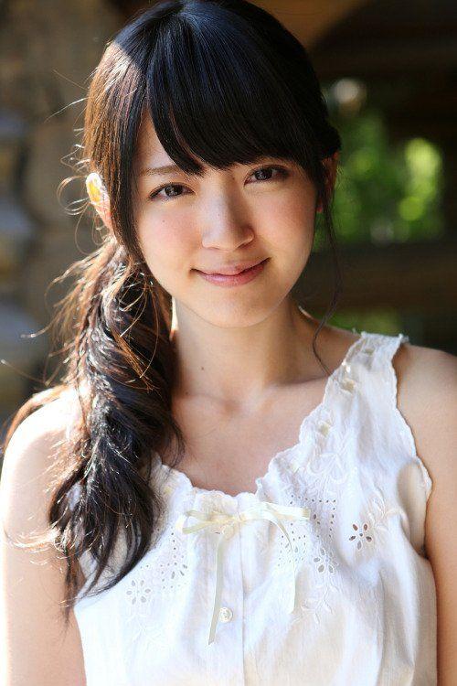 鈴木愛理白いトップスと笑顔の画像