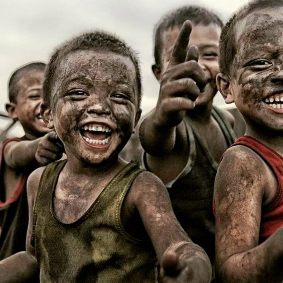 """"""" Apague com um sorriso toda a tristeza que lhe invade a alma. Assim não dará aos que te odeiam a alegria de te ver chorando, mas dará aos que te amam a alegria de te ver sorrindo. """"  """"Delete with a smile all the sadness that invades your soul. That way you will not give the ones that hate you the happiness to see you cry, but the happiness to see you smile. """""""