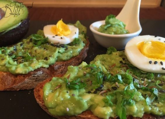 Joghurt-Dinkel-Brot mit Avocadocreme und weichem Ei
