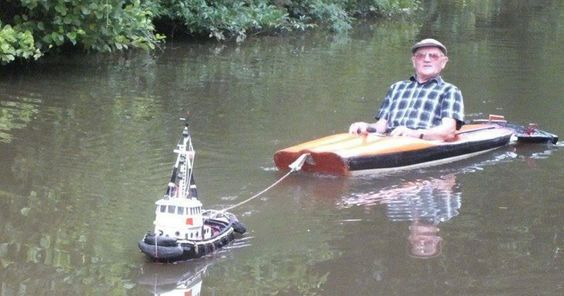 Man Spotted Using Tiny Tug Boat To Effortlessly Cruise Down The River | Bored…