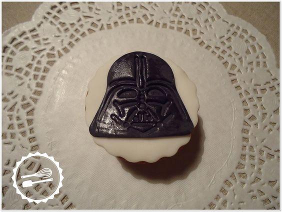 """Cupcake de baunilha com decoração em fondant.  Tema: """"Star Wars"""" #Cupcake #starwars #vader"""