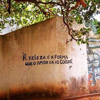 A beleza é a forma que o amor dá as coisas. #poetasderua #poesiasnarua #poesias…