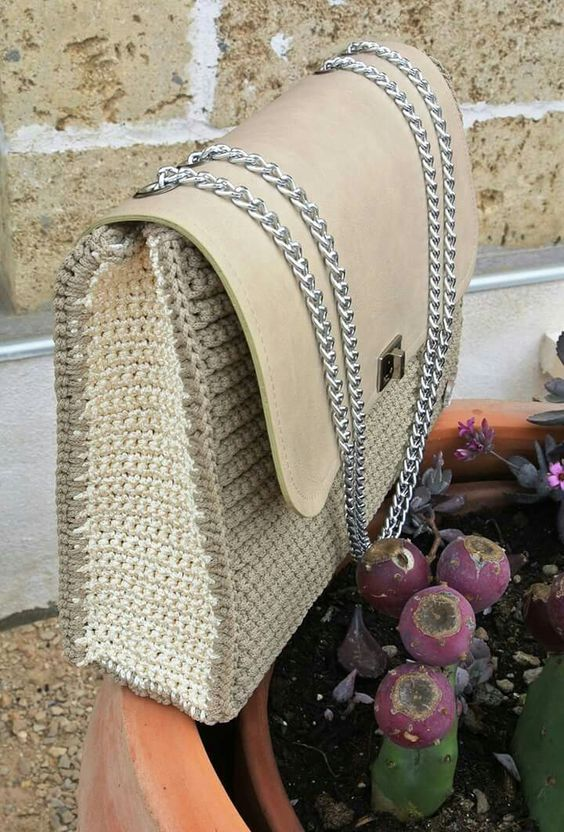 Bag crochet da spalla con patta in pelle e chiusura girello, con fodera interna in seta: