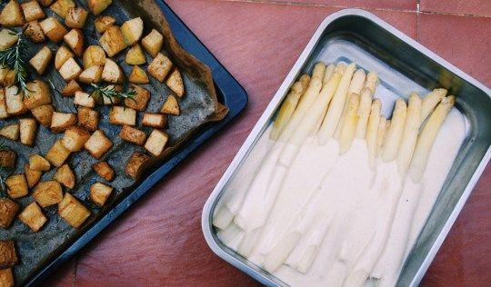 Spargel mit Sahnesauce an Rosmarinkartoffelecken