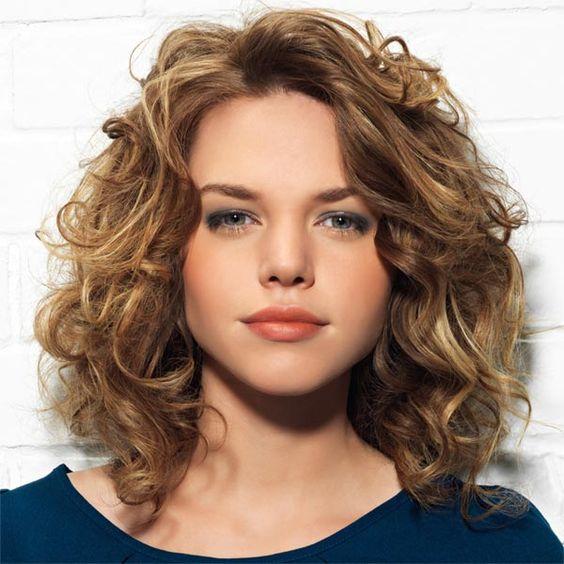 Inspiration coupe pour cheveux bouclés et visage carré