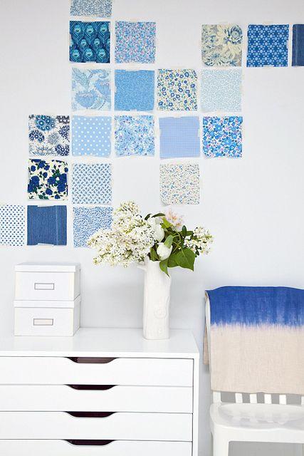 Mosaico de motivos azules, sobre fondo blanco. A menudo, el minimalismo, llena toda una habitación de buen gusto y armonía. A mi personalmente, esta composición me aporta, tranquilidad, calma, paz...
