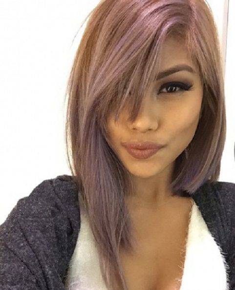 eine glatte Ponyfrisur für schulterlanges blondes Haar  elegantes haarstyling