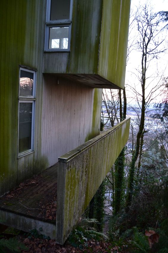 Abandoned mansion in Portland, Oregon. This house is extremely modern-looking but has been vacant since 2011.