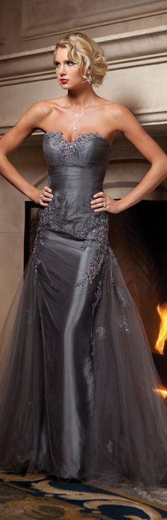 .vestido em cetim com voal cinza e bordados no corpo festa