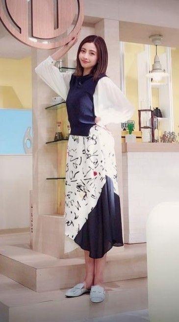 白とブルーの衣装を着て階段に立っている片瀬那奈の画像