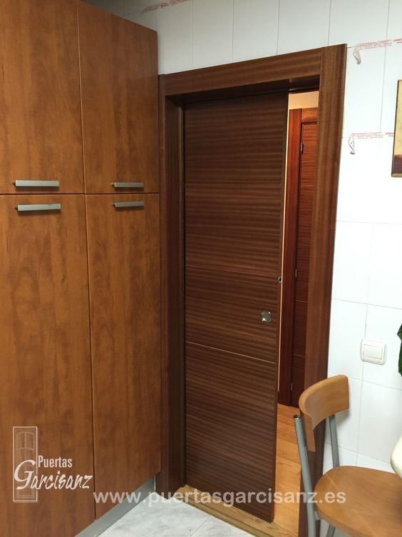 Puerta corredera con 4 ranuras en v en chapa de sapelly for Puerta corredera interior madera