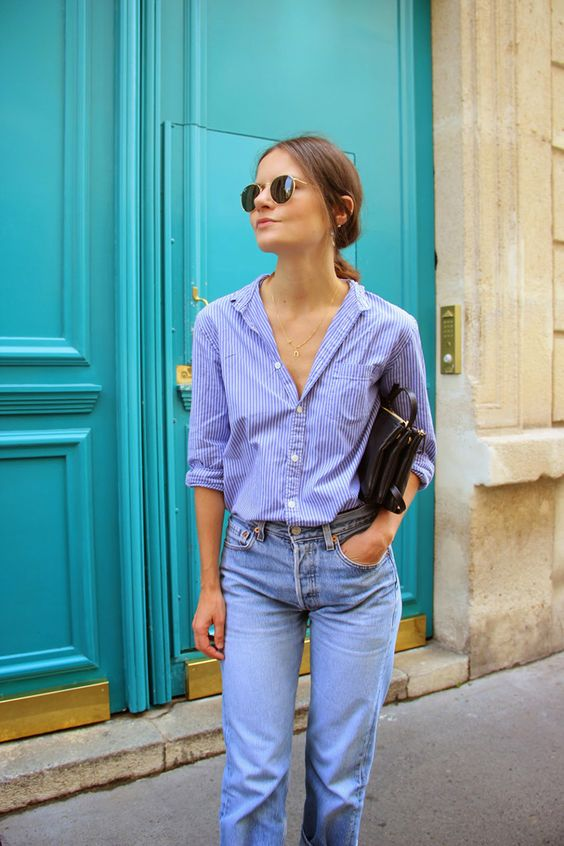 Chica con camisa y mom jeans.