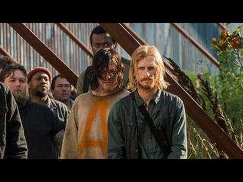 The Walking Dead Saison 7 épisode 4 aurait très subtilement montré que Daryl a envoyé un message en code morse à Rick. Le prisonnier de Negan et des sauveurs aurait donné une information capitale à son ami sans que personne ne le remarque.   Notre Site :http://ift.tt/1OtYFsR Notre Page Facebook: http://ift.tt/2esMHrB Twitter: https://twitter.com/newseriesfr