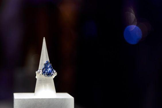 """Im Mai war ein blauer Diamant in Genf für 21,4 Millionen Schweizer Franken (umgerechnet 17,35 Millionen Euro) versteigert worden. Der US-Schmuckhersteller Harry Winston erhielt den Zuschlag für den 13-Karäter, der als """"The Blue"""" bekannt ist."""