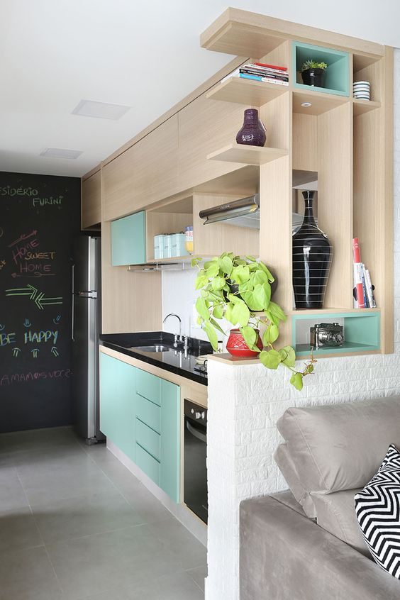 Decoração de apartamento. Na cozinha, armário de madeira, armário verde, parede lousa. Sofá cinza, parede de tijolinho branco.  #decoracao #decor #details #casadevalentina