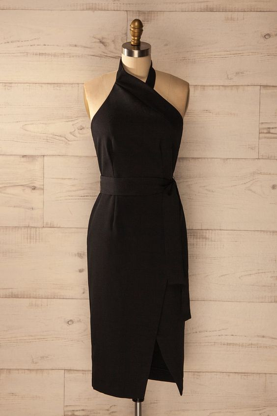 Assise à l'extérieur, la musique de la soirée battant son plein tout près lui parvenait très distinctement. Sitting outside, she thought the noise from the party in full swing sounded very close by. Black fitted midi halter dress https://1861.ca/collections/products/satao-ebene