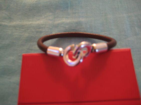 Pulsera masculina confeccionada en cuero redondo y cierre tipo garfio en metal