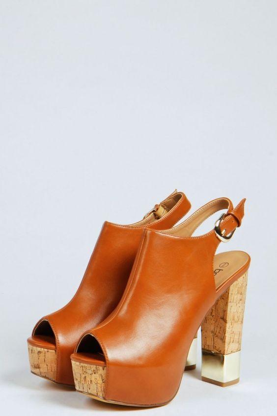 Desideri delle scarpe comode da indossare in pieno stile anni 70? Ecco i sandali con plateau in sughero dal dettaglio prezioso
