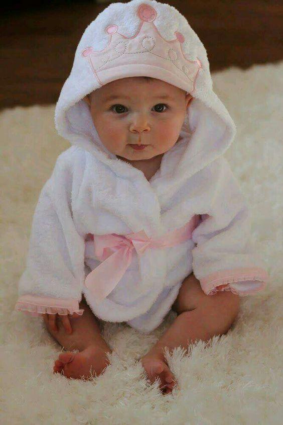 Nastoyashaya Princessa Vsegda Izyskana Dazhe Posle Vanny Cute Robe With The Crown On Hood Kiz Bebek Kiyafetleri Kiz Bebek Resimleri Bebek Prenses