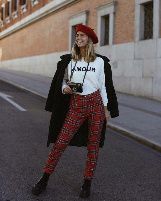 Pantalones rojos con cuadros y camiseta con texto: Amour