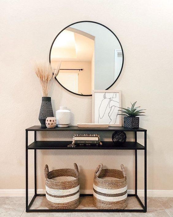 Encore un petit meuble pour des petits rangements avec le miroir rond au dessus.