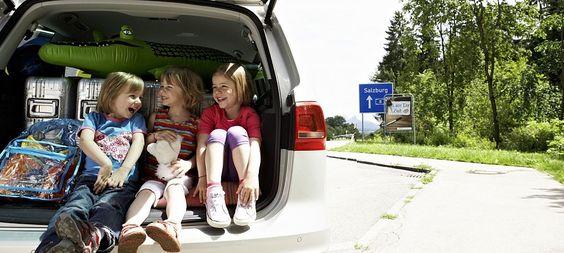 Reisezeit: Die besten Tipps für lange Autofahrten mit Kindern  Inklusive Raststätten-Liste mit Spielplätzen und Packliste zum Herunterladen - Gute Stimmung im Auto: Dafür können Eltern einiges tun. - © ADAC