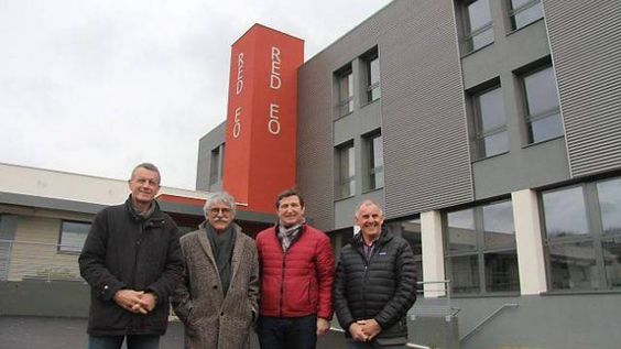 Thierry Piriou, premier vice-président de Morlaix Communauté, Jean-Luc Fichet, président de Morlaix Communauté, Gildas Juiff, maire de Guerlesquin, et Pierre Madec, conseiller général de Morlaix, devant l'hôtel des entreprises de Guerlesquin qui accueille la cellule de reclassement des ex-Tilly-Sabco.