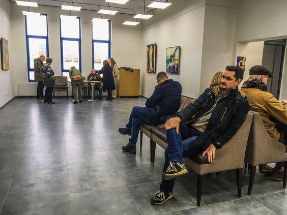 Выставка с комфортными креслами, рассматривать работы художника можно отдыхая. Фото Жени Шведы