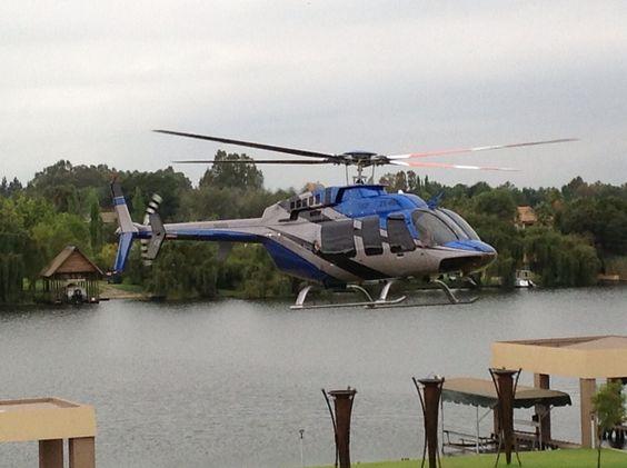 池の上を飛ぶヘリコプター