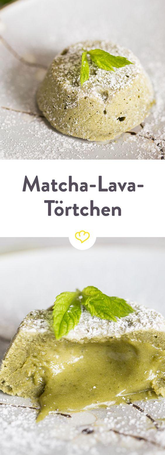 Matchapulver gibt diesem Lava-Cake mit flüssigen Kern nicht nur die grüne Farbe sondern auch einen süß-herben Geschmack. Außerordentlich gut!