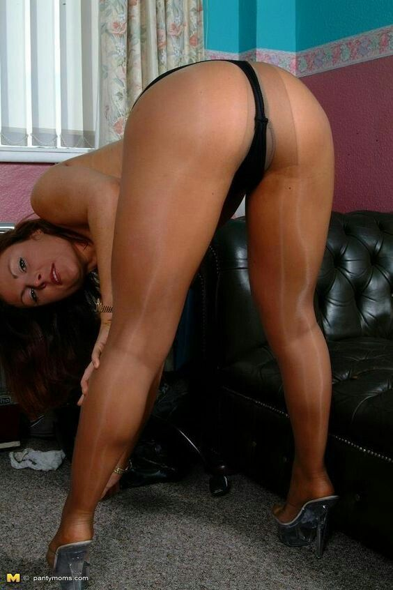 Mature ass in pantyhose