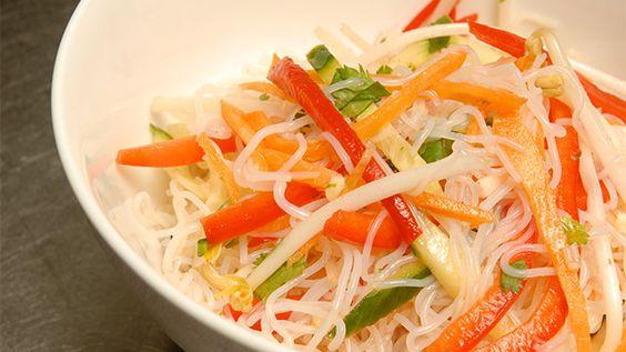 Salade de vermicelles épicée à la coriandre «Pour transformer cette entrée en repas principal, ajouter simplement des crevettes bouillies ou grillées. Un régal de fraîcheur!» Degré de difficulté : facile Nombre de...