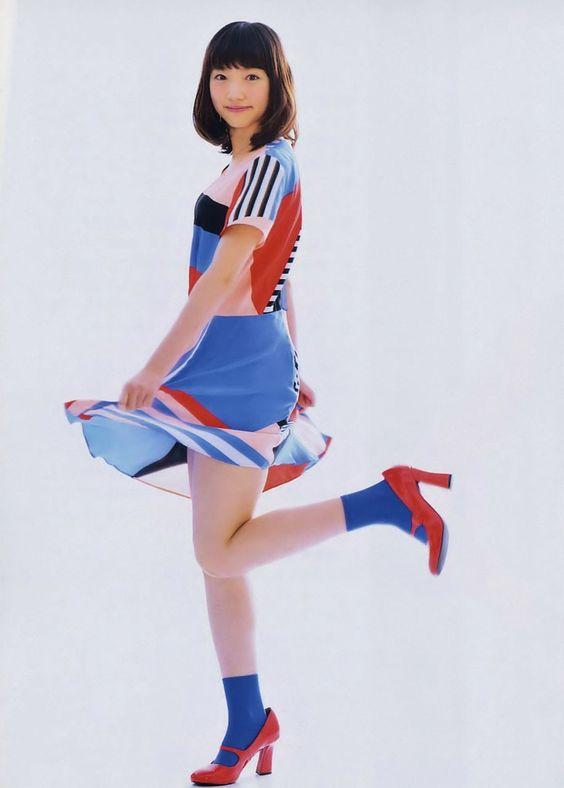 カラフルな衣装の太田夢莉