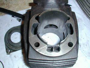 CYLINDRE: Dans chaque cylindre, un piston coulisse en un mouvement rectiligne alternatif. Mouvement transformé en rotation, par l'intermédiaire d'une bielle liée à un vilebrequin, sorte d'assemblage de manivelles sur un axe. Chaque cylindre est fermé par une culasse munie d'au moins deux soupapes.