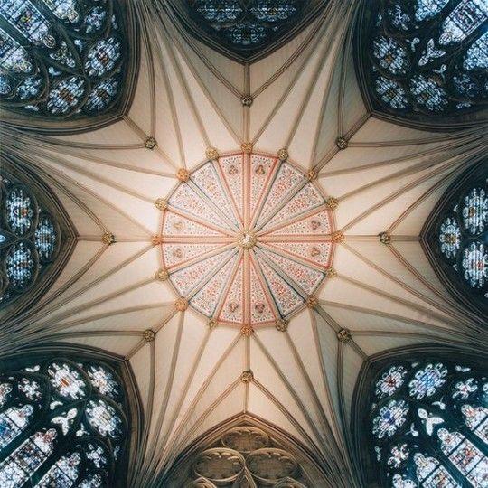 L'artiste montre les effets visuels mis en place sur ces plafonds gigantesques, ressemblant fortement aux images que peuvent donner un kaléidoscope, comme dans la cathédrale d'York, dans le nord de l'Angleterre.