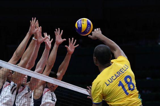 Detalle del partido de voleibol entre Brasil y Estados Unidos.