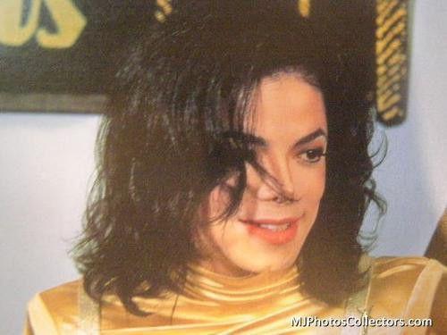 金色衣装のマイケルジャクソン
