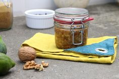 La confettura di fichi e noci è un'alternativa spalmabile alla frutta fresca ideale per cominciare la giornata o per un sano spuntino.
