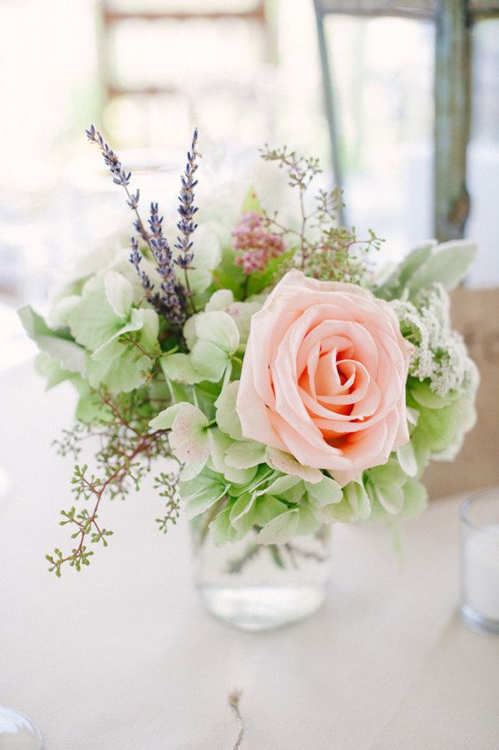 don't you love the pale green hydrangea in this arrangement?    jessicamorrisy.com,  mdsfloraldesigns.com