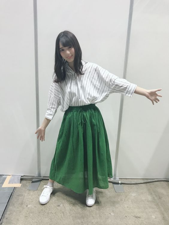 ストライプシャツの小坂菜緒