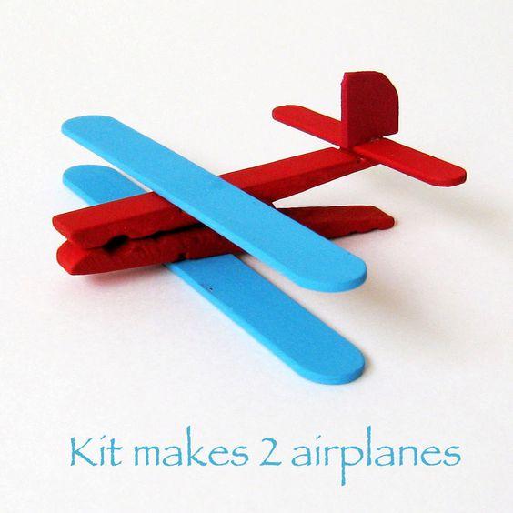 selbstgemachtes Flugzeug zum Spielen aus Wäscheklammern und Eisstielen