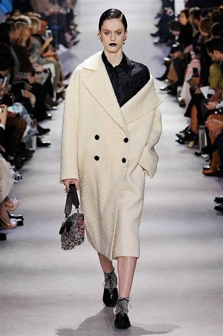 Christian Dior -Défilé Paris Automne-Hiver 2016-2017 Manteau blanc oversized.