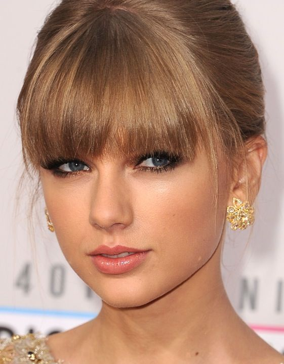 How To Do Your Makeup Like Taylor Swift In 2020 Taylor Swift Makeup Taylor Swift Bangs Celebrity Makeup Looks