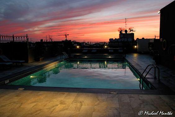 Hotel Pool nach Sonnenuntergang in Dubai