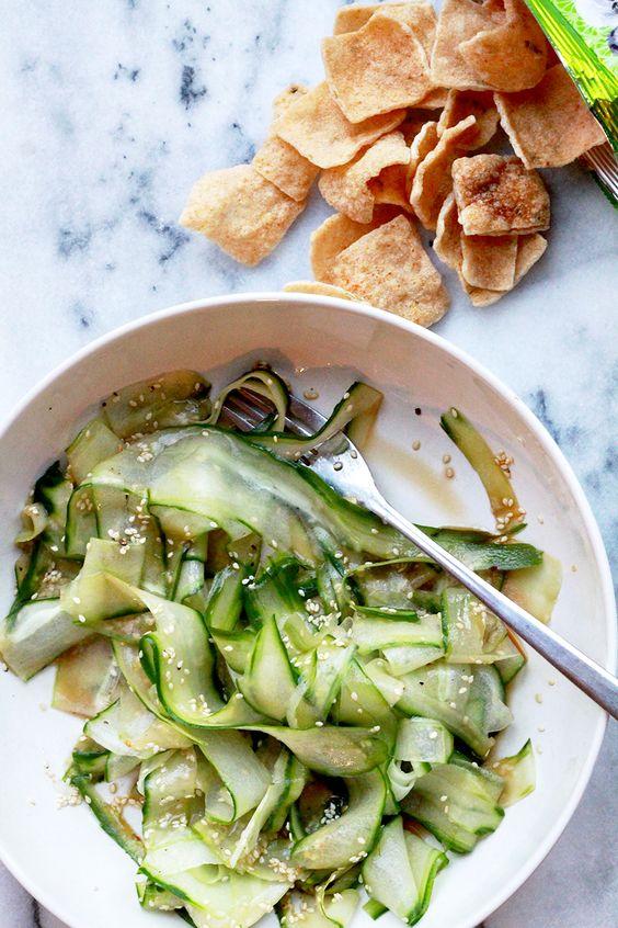 Een supersnelleAziatische komkommersalade, ideaal als bijgerecht bij eenspicyhoofdgerecht, of als frisse lunch ofafternoon snack. Rooster de sesamzaadjes kort in een droge hete koekenpan tot ze heel lichtbruin zijn. Schil lange linten van de komkommer met een dunschiller of kaasschaaf en doe deze in een kom. Besprenkel met citroensap, olijfolie, sesamolie en sojasaus en hussel goed […]