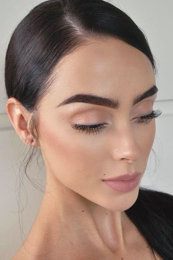 Natural makeup looks as if you do not wear it at all. It is flawless and fresh. We have collected makeup ideas that can impress your boyfriend.