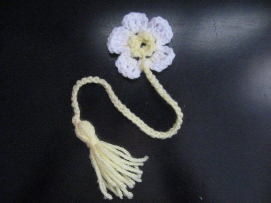 Knitting Pattern For A Book Marker : Daisy Book Marker - Meladoras Crochet and Knitting Tutorials Crochet F...
