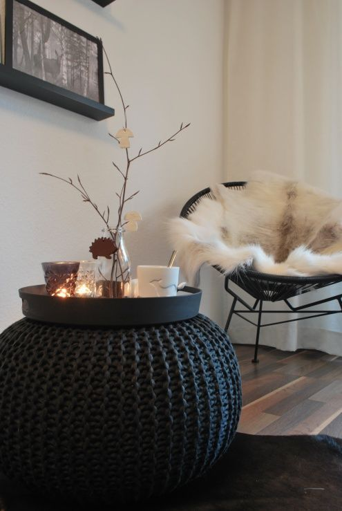 Pouf comme petite table d'appoint dans le salon http://www.homelisty.com/deco-pas-cher/: